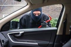 Autoeinbrecher in der Aktion Stockfotografie