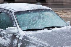 Autoelemente umfasst mit Schnee Autodetail an der Wintersaison stockfoto