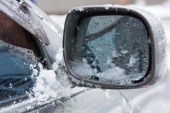 Autoelemente umfasst mit Schnee Autodetail an der Wintersaison lizenzfreie stockbilder