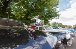 Autoembleem Volga gaz-21 bij de show van de auto's van inzamelingsretrofest stock foto