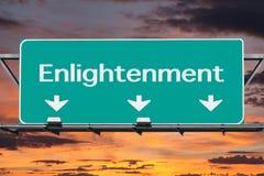 Autoestrada ao sinal de estrada da iluminação com céu do nascer do sol Imagem de Stock
