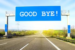 A autoestrada azul assina sobre a estrada no dia ensolarado com palavras adeus foto de stock