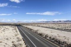 Autoestrada 15 de um estado a outro no deserto de Mojave Imagens de Stock