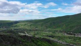 Autoestrada entre as montanhas verdes C?u nebuloso vídeos de arquivo