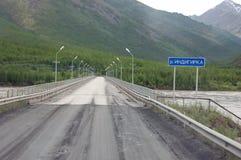 Autoestrada estadual Rússia de Kolyma da ponte do rio Foto de Stock Royalty Free