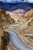 Autoestrada nacional NH-1 de Srinagar Leh nos Himalayas Ladakh, Índia Imagens de Stock
