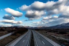Autoestrada ou estrada vazia com o céu dramático bonito foto de stock royalty free