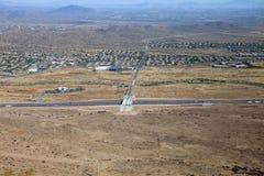 A autoestrada preta da garganta corta completamente a paisagem do deserto em Arizon Imagens de Stock