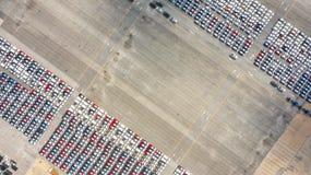 Autoexportanschluß im Export und Importgeschäft und Logistik Seefracht zu beherbergten Wassertransport International aerial lizenzfreies stockfoto