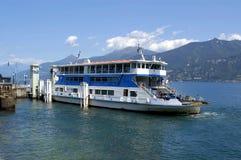 Autofähre auf See Como lizenzfreies stockfoto