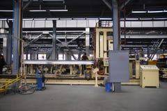 Autofabrik mit Arbeitskräften lizenzfreie stockfotografie