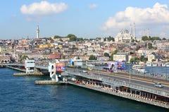 Autofahren über die Galata-Brücke Stockbild