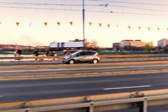 Autofahren auf eine Brückenstraße in der Stadt, in der Bewegung mit unscharfem Hintergrund Lizenzfreie Stockfotos