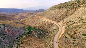 Autofahren auf einen Schotterweg durch trockene Arizona-Wüste