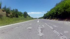 Autofahren auf einer Land-Straße stock footage