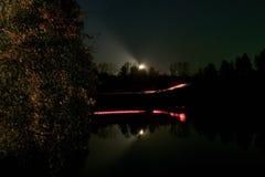Autofahren auf einer Nachtstraße im Wald Stockfoto
