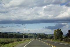 Autofahren auf Neuseeland-Asphaltstraße Stockfotos