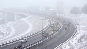 Autofahren auf schneebedeckte Straße im Winter, Verkehr auf Landstraße in den Schneefällen, Blizzard stock video footage