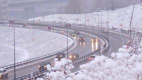 Autofahren auf schneebedeckte Straße im Winter, Verkehr auf Landstraße in den Schneefällen, Blizzard stock footage