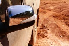 Autofahren auf Schotterwege mit Stauborange stockfotografie