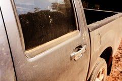 Autofahren auf Schotterwege mit Stauborange stockfotos