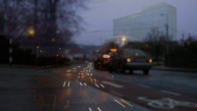 Autofahren auf Straße mit einer digitalen Animation des Verkehrs auf dem Vordergrund stock abbildung