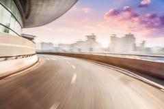 Autofahren auf Straße im Stadthintergrund, Bewegungsunschärfe Lizenzfreie Stockfotos