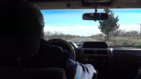 Autofahren des Mannes 4K im weiten Weg durch schöne Landschaft in Spanien stock video footage