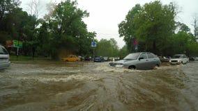 Autofahren durch überschwemmtes Straßenwasserhindernis stock footage