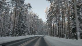 Autofahren entlang den Waldweg im Winter Fahren von POV auf schneebedeckter Landstraße Schnee deckte Straße ab stock footage