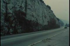 Autofahren hinunter Gebirgsstraße durch Tunnel stock video
