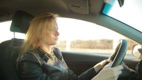 Autofahren junger Frau Blondie stock video