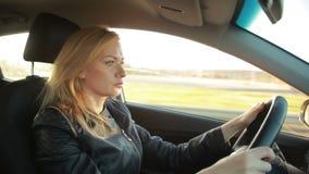 Autofahren junger Frau Blondie stock video footage