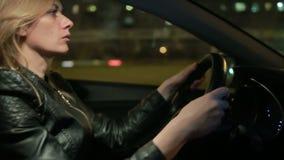 Autofahren junger Frau Blondie in der Nacht stock video footage