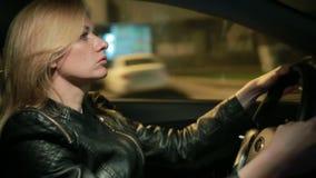 Autofahren junger Frau Blondie in der Nacht stock video