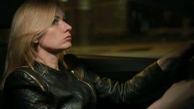 Autofahren junger Frau Blondie nachts stock video