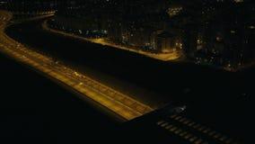 Autofahren in Landstraßentunnel mit heller Beleuchtung auf moderner Stadt der Nachtstraße stock video footage