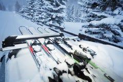 Autofahren mit Skis auf Dachschienen am Abend Lizenzfreies Stockbild