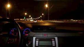 Autofahren nachts Fahren des Autos in der Stadtansicht vom Innenraum Timelapse des Fahrens nachts mit Kamera im Auto stock video footage