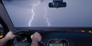 Autofahren in Richtung zu einem Gewitter über dem Meer Lizenzfreie Stockfotografie