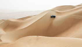 Autofahren in Unebenheitsal Khali Desert am leeren Viertel, in Abu lizenzfreies stockfoto