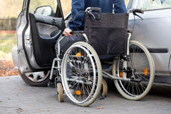 Autofahrer auf Rollstuhl Lizenzfreies Stockbild