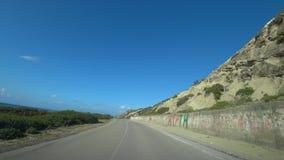 Autofahrten entlang der Stra?e entlang dem Meer und den Bergen, Ansicht vom Auto stock video