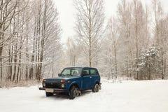 Autogeländewagen im Winter im Wald Lizenzfreie Stockbilder