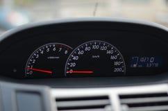 Autogeschwindigkeitsmesser Abschluss oben auf einem Autogeschwindigkeitsmesser Stockfotografie