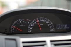 Autogeschwindigkeitsmesser Abschluss oben auf einem Autogeschwindigkeitsmesser Stockbilder
