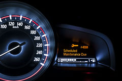 Autogeschwindigkeitsmesser mit Informationsanzeige Lizenzfreies Stockfoto