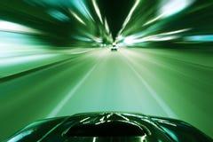 Autogeschwindigkeitsnachtfahrt Stockfoto