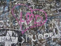 Autographs op een grijze muur, achtergrondtextuur Royalty-vrije Stock Afbeelding