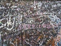 Autographs op een grijze muur, achtergrondtextuur Stock Afbeelding
